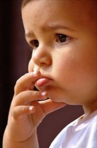 Imagen de bebe pensativo